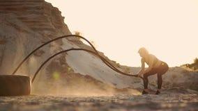 训练户外在沙子小山附近的女运动员在日落 活跃体育活动锻炼 Crossfit 股票录像