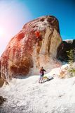 训练攀岩运动员本质上 免版税库存图片