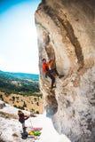 训练攀岩运动员本质上 免版税库存照片