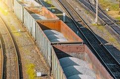 训练有瓦砾的无盖货车在排序的驻地铁路 图库摄影