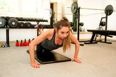 训练的健身妇女解决在瑜伽席子的 库存图片