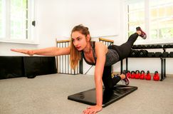 训练的健身妇女解决在瑜伽席子的 库存照片