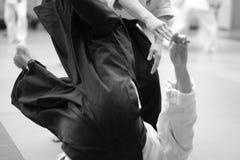 训练的参加者在合气道hakama特别衣裳的  库存图片
