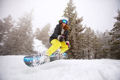 训练的妇女雪板运动 免版税库存图片