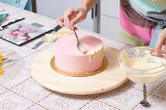 训练装饰主要类的奶油蛋糕 库存照片