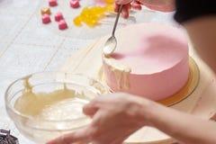 训练装饰主要类的奶油蛋糕 免版税库存图片