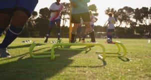 训练4k的不同的女性足球运动员 影视素材