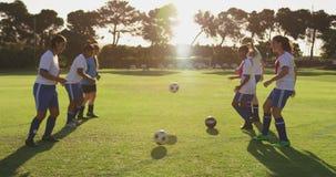 训练4k的女性足球队员侧视图  股票视频