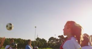 训练4k的女性足球队员侧视图  股票录像