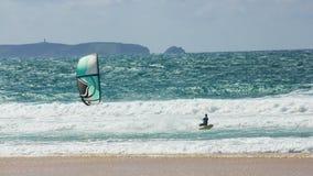 训练kitesurfing在Berlenga海岛,葡萄牙前面 免版税库存图片