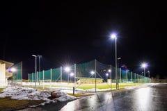 训练与泛光灯的足球场在晚上 免版税库存图片