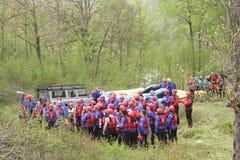 训练为怀特沃特漂流的小组年轻运动员 图库摄影