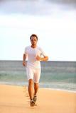 训练健康心脏在海滩的运动员赛跑者 免版税图库摄影