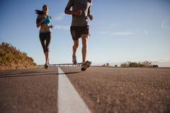 训练在乡下公路的赛跑者 免版税图库摄影