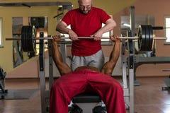 训练在伙伴给鼓励的健身房 图库摄影