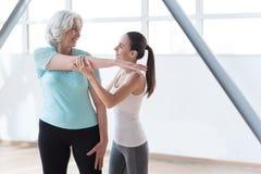训练在健身俱乐部的正面快乐的妇女 库存图片