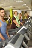 训练在健身房的人们 库存照片