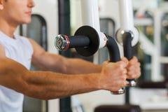 训练在健身房的体育 免版税库存照片