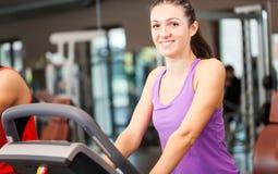 在健身房的妇女训练 免版税库存图片