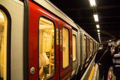 训练在国王的Cross StPancras地铁站在伦敦 库存图片