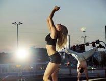 训练在城市中间的快乐的人民 免版税库存照片