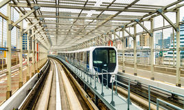 训练在彩虹桥梁的Yurikamome线在东京 免版税库存照片