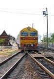 训练在曼谷火车站,泰国的内燃机车 库存图片