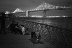 训练在海湾桥梁,旧金山前面的运动员 库存照片