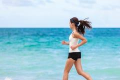 训练在海滩的健身运动员心脏赛跑 库存图片