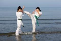 训练在海滩的日本空手道女孩 图库摄影