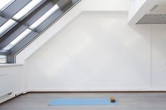 训练在瑜伽和健身的体育的一个地方 免版税库存图片