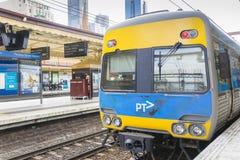 训练在碎片电车道驻地平台在墨尔本,澳大利亚 免版税库存照片