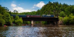 训练在穿过Lehigh河,宾夕法尼亚的桥梁 库存图片
