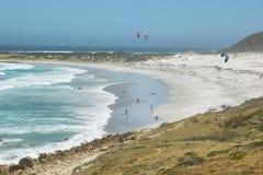 训练在Witsand海滩附近的风筝冲浪者 库存图片