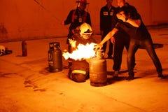 训练安全和知识的消防队员排练 免版税库存图片