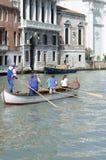 训练平底船的船夫的妇女 免版税库存图片