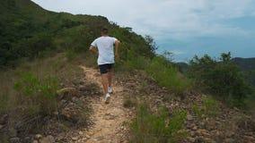 训练户外行使在山森林足迹的连续人运动员在惊人的风景自然的日落 适应 股票录像