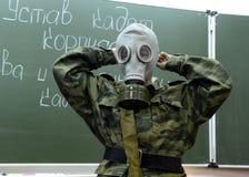 训练投入在防毒面具在警察的军校学生军团 免版税库存照片