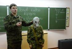 训练投入在防毒面具 库存照片