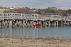 训练毗邻潮汐mudflats的救护车乘员组 图库摄影