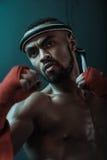 训练泰国拳击的积极的年轻泰拳拳击手特写镜头画象  免版税库存图片