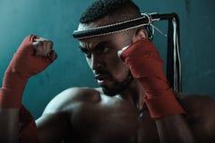 训练泰国拳击的积极的年轻泰拳拳击手特写镜头画象  库存照片