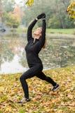 训练瑜伽在公园 库存图片