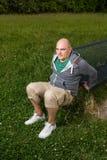 训练他的在长凳的人三头肌 免版税库存图片