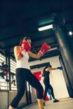 训练的女性拳击手 图库摄影