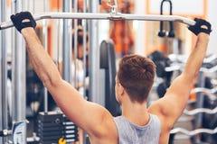 训练他的肌肉健美人在健身房 库存照片