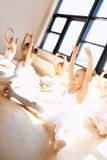训练的逗人喜爱的芭蕾女孩在演播室里面 免版税库存照片