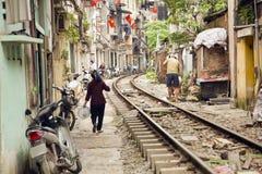 训练穿过河内贫民窟,越南街道  库存照片
