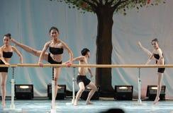 训练纬向条花基本的舞蹈训练路线东部中国交大-2011舞蹈课毕业的共同安排党 库存照片