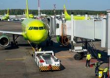 训练西伯利亚航空公司飞行到多莫杰多沃机场的航空公司航空器 库存照片
